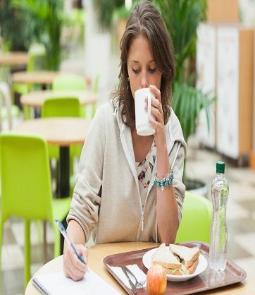 La importancia de tomar un buen desayuno en la mañana.